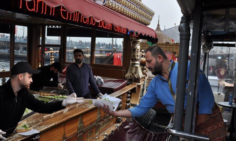 فروش ساندویچ ماهی مشهور استانبول متوقف شد ، اعتراض مردم و گردشگران به حذف این سنت غذایی