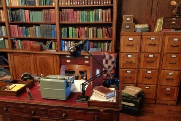 شرکت انگلیسی از دکوراسیون کتابخانه تا فروش آنلاین کتاب